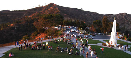 GO_MtHollywood_frontlawn_crowds_star_party_20090926_DavePins